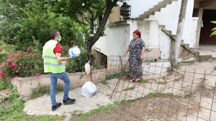 Ordu Fatsa Belediyesi kapı kapı gıda destek paketi ulaştırıyor.