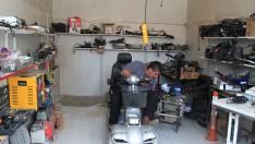 Eski sandalyeleri tamir edip engellilere kazandırıyor