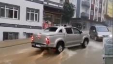 Ordu'da yağmur etkili oldu, caddeler göle döndü