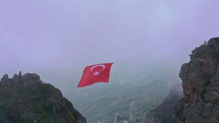 Ordu'da Dağcılar Türk bayrağını zirveye astılar