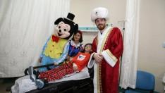 Hasta çocukların yüzü masal kahramanlarının getirdiği hediyelerle güldü