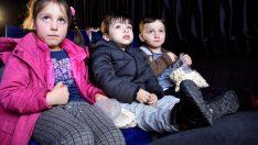 """Kumru'da çocukların """"sinema otobüsü"""" keyfi"""