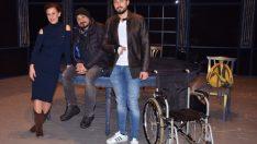 Başrol oyuncusu tekerlekli sandalyeyle sahne aldı