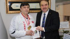 Engelli milli atıcılara altın hediye edildi
