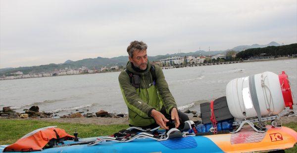 Rüzgar sörfüyle Karadeniz'i geçiyor