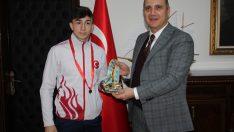 Avrupa şampiyonu halterci Yusuf Fehmi Genç, altınla ödüllendirildi