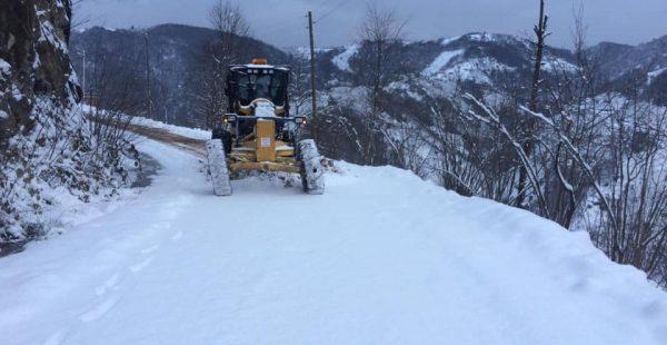 Altınordu Belediyesi kar temizleme çalışmalarını aralıksız sürdürüyor.