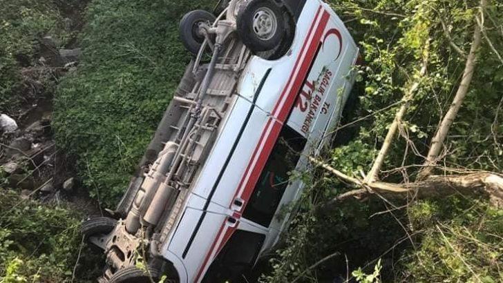 Ordu'da hasta naklinden dönen ambulans dereye düştü: 3 yaralı